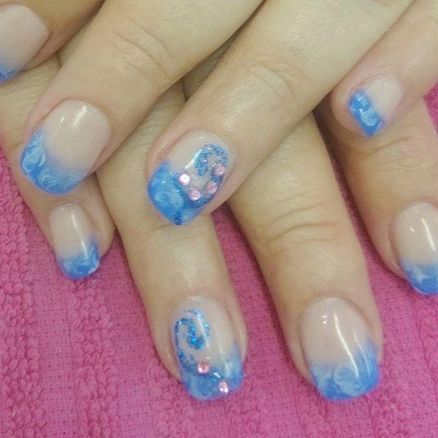 blå naglar med glitter