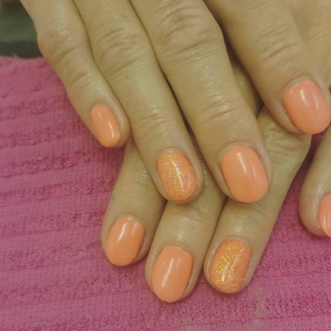 korallfärgade naglar